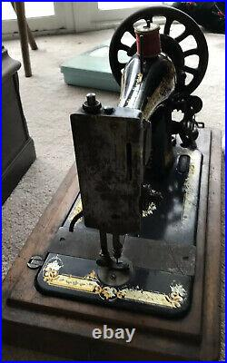 Singer Antique 1913 Hand Crank Sewing Machine with Wooden Case