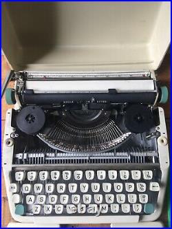 VIntage OLYMPIA SOCIALITE MANUAL TYPEWRITER Portable Typewriter German Working